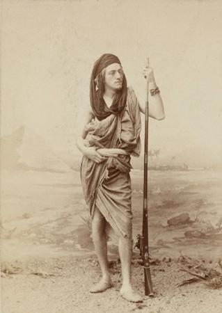 Portrait de Camille DOULS dans le désert