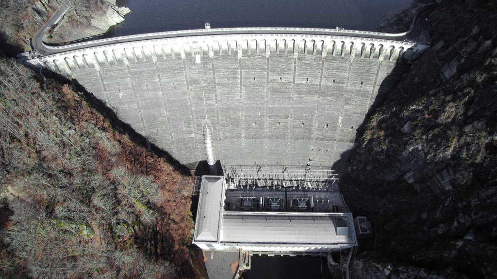 Vue aérienne du barrage de Sarrans