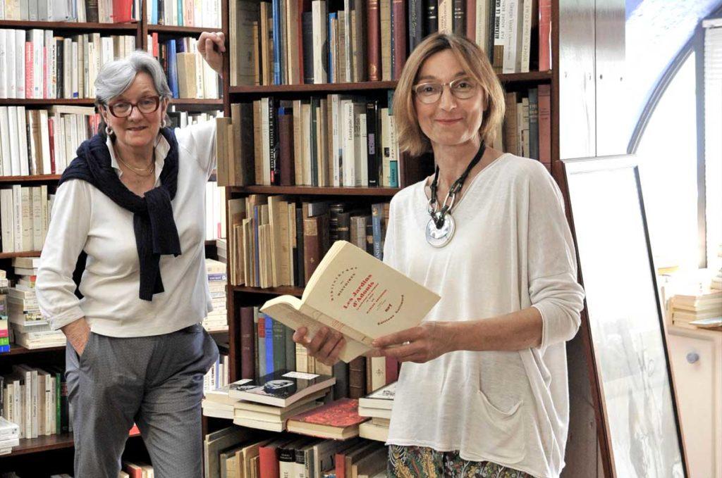 Catherine et Caroline Gil dans les rayons de la librairie GIL
