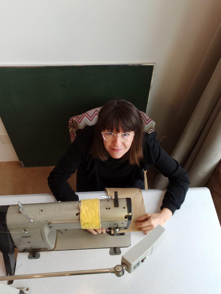Atelier Marlene Vidal Tapisserie et design . Marlene Vidal a la machine a coudre une alliee indispensable